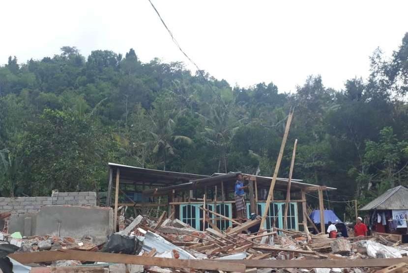 Warga di Desa Guntur Macan, Kecamatan Gunungsari, Lombok Barat, berinisiatif mendirikan kembali rumah mereka yang roboh akibat gempa dengan memanfaatkan sisa bangunan yang ada, Rabu (5/9).