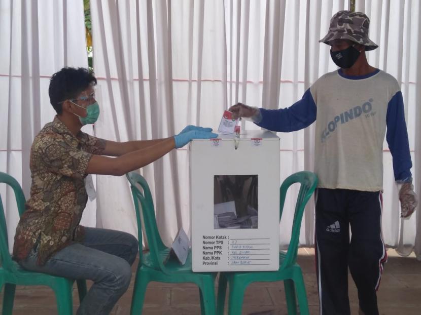 Warga di TPS 07 Desa Tugu Kidul, Kecamatan Sliyeg, Kabupaten Indramayu mengikuti pemungutan suara ulang (PSU) Pilkada Serentak 2020 Kabupaten Indramayu, Ahad (13/12).