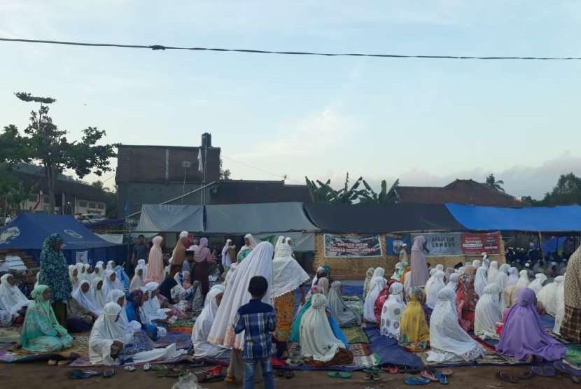 Warga Dusun Kekait, Desa Kekait, Kecamatan Gunungsari, Kabupaten Lombok Barat, NTB, menggelar shalat Idul Adha di pos pengungsian, Rabu (22/8).