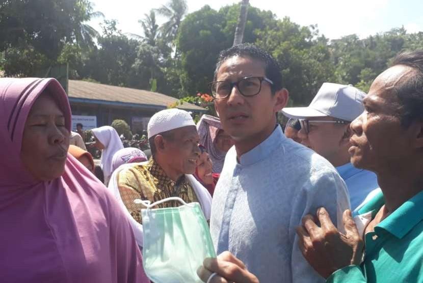 Warga Dusun Wadon, Desa Kekait, Kecamatan Gunungsari, Kabupaten Lombok Barat, NTB, Sarayah (60) meminta Sandiaga membangun masjid di kampungnya yang roboh akibat gempa.
