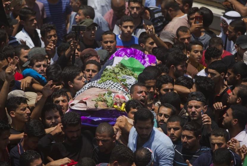 Warga Gaza mengantar jenazah perawat Palestina Razan Najjar (21 tahun) yang ditembak Israel, Sabtu (2/6).
