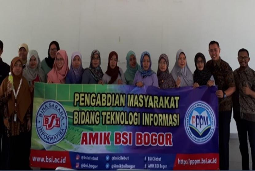 Warga Gerbang Sari bersama tutor pelatihan (dosen AMIK BSI Bogor).