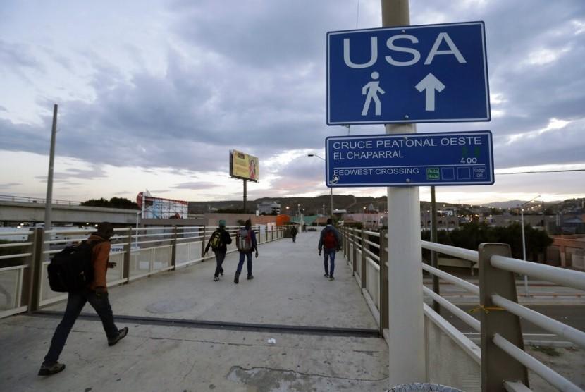 Warga Haiti menyeberangi perbatasan menuju Amerika Serikat (AS) di Tijuana, Meksiko. Lebih dari 10 ribu migran yang mayoritas warga Haiti ditempatkan di bawah jembatan Texas. Ilustrasi.
