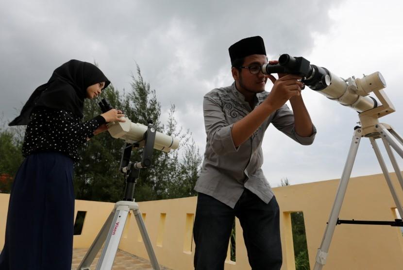 Warga ikut memantau posisi hilal di kantor observatorium Tgk Chiek Kuta Karang Kementerian Agama Aceh, Lhoknga, Aceh Besar, Aceh, Senin (3/6/2019).