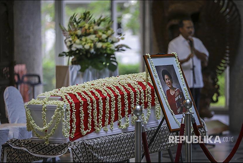 Jenazah almarhumah Ibu Ani Yudhoyono disemayamkan  di Kedutaan Besar Indonesia, di Singapura, Sabtu (1/6).
