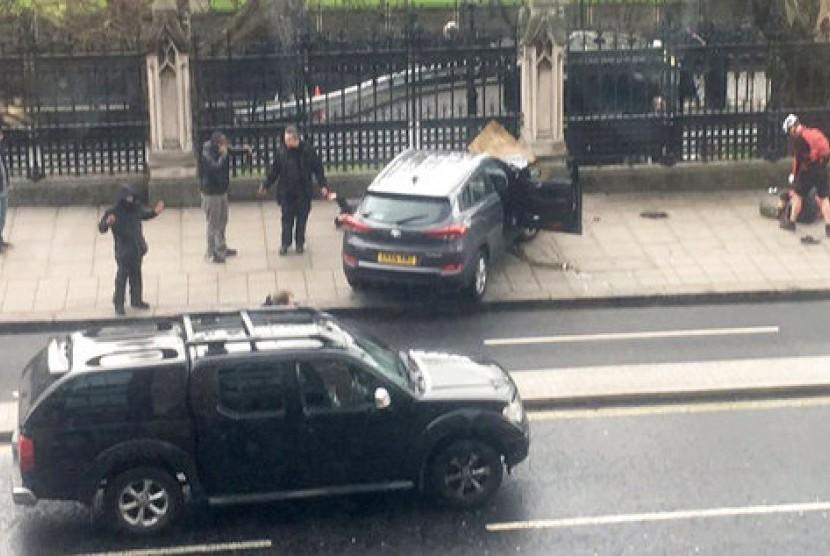 Warga Inggris berkumpul dekat sebuah mobil yang menyerang warga muslim di London (Ilustrasi)