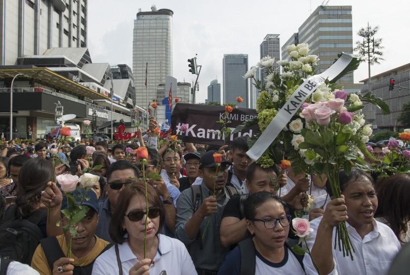Warga Jakarta melakukan aksi solidaritas di lokasi teror bom di kawasan Sarinah, Jalan MH Thamrin, Jakarta, Jumat (15/1).