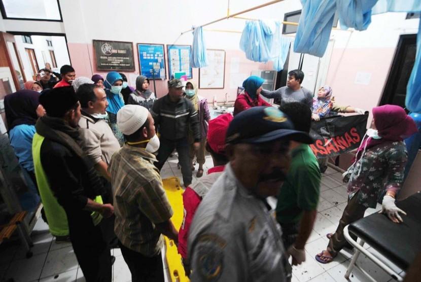 Sejumlah petugas mengidentifikasi data korban meninggal akibat longsor  di Puskesmas Pangalengan, Kabupaten Bandung, Selasa (5/5)
