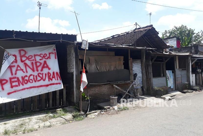 Warga kampung Jebres Tengah memasang spanduk bertuliskan penolakan penggusuran oleh Pemkot Solo