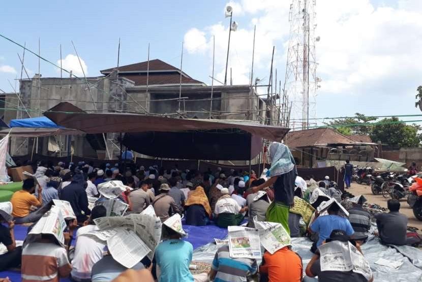 Warga Kecamatan Pemenang, Kabupaten Lombok  Utara menggelar shalat Jumat perdana pascagempa di lapangan terbuka, Jumat (10/8).