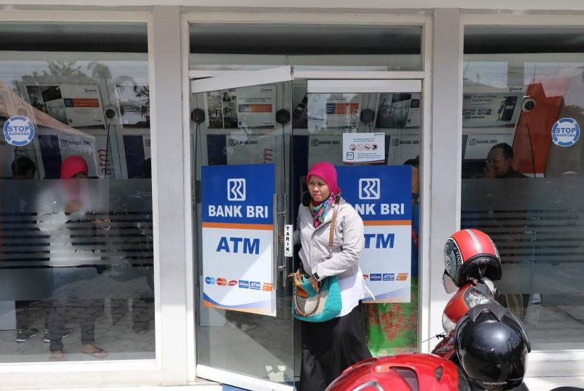 Warga keluar dari Galeri e-Banking BRI di Kota Kediri, Jawa Timur, Rabu (13/3). Sejumlah nasabah BRI resah dan memilih menarik uangnya dari ATM menyusul kasus hilangnya uang nasabah BRI secara misterius di sedikitnya tiga wilayah kantor cabang.