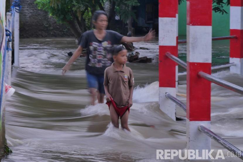 Warga Kelurahan Bangka berusaha melintasi tepi Kali Mampang yang meluap (ilustrasi)