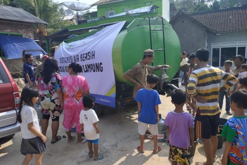 Warga Kelurahan Kaliawi Persada Kota Bandar Lampung mengambil air bersih yang dikirim ACT Lampung, Jumat (12/7).
