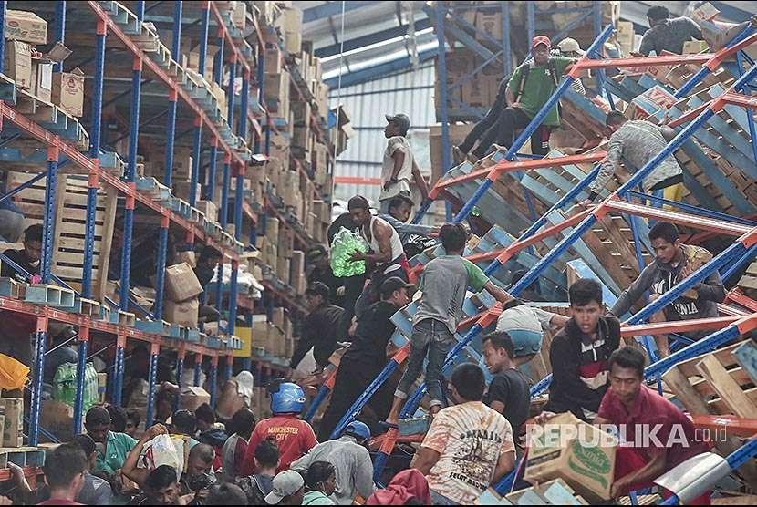 Warga korban gempa mengambil berbagai keperluan logistik di Mamboro, Palu Utara, Sulawesi Tengah, Senin (1/10). Warga di wilayah Palu Utara hingga Donggala bagian pantai Barat terpaksa mengambil berbagai kebutuhan tersebut karena bantuan belum sampai ke lokasi.