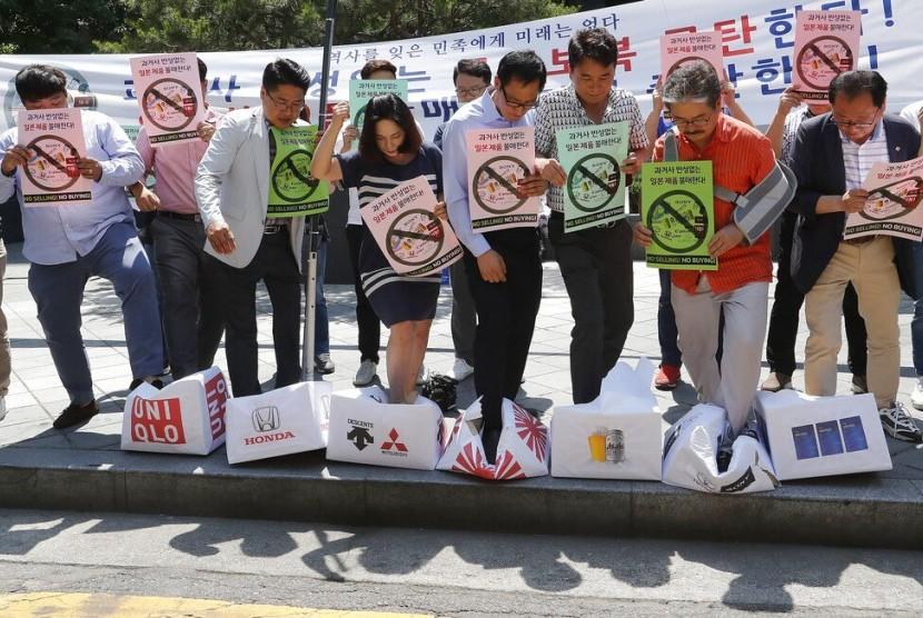Warga Korea Selatan (Korsel) menginjak kardus yang menyimbolkan produk Jepang di depan Kedubes Jepang di Seoul, Korsel, Jumat (5/7). Warga Korsel protes keputusan Jepang membatasi ekspor.
