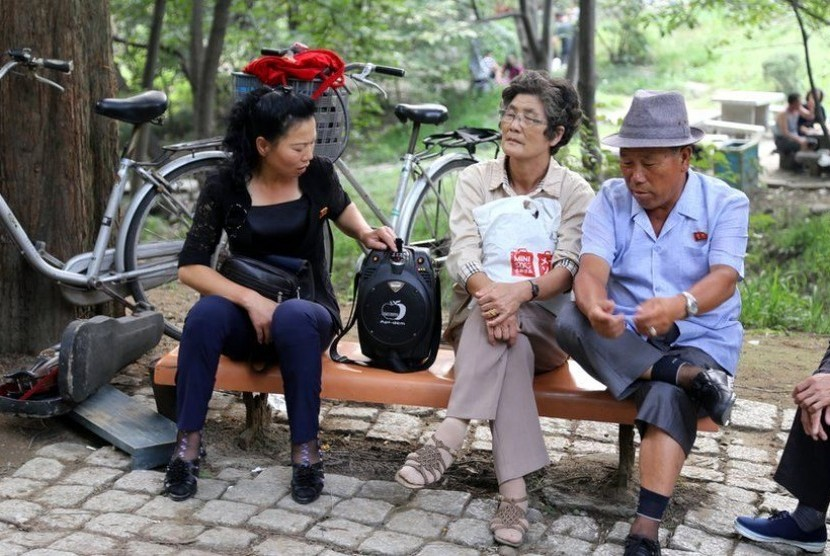 Warga Korea Utara saat bersantai di taman.