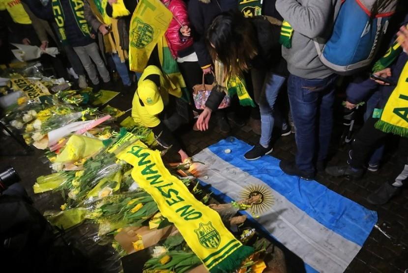 Warga Kota Nantes, Prancis, mengumpulkan karangan bunga untuk Emiliano Sala.
