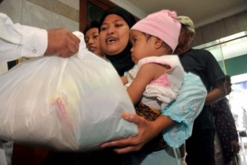 Warga kurang mampu atau dhu'afa mendapat bantuan sembako. (ilustrasi)
