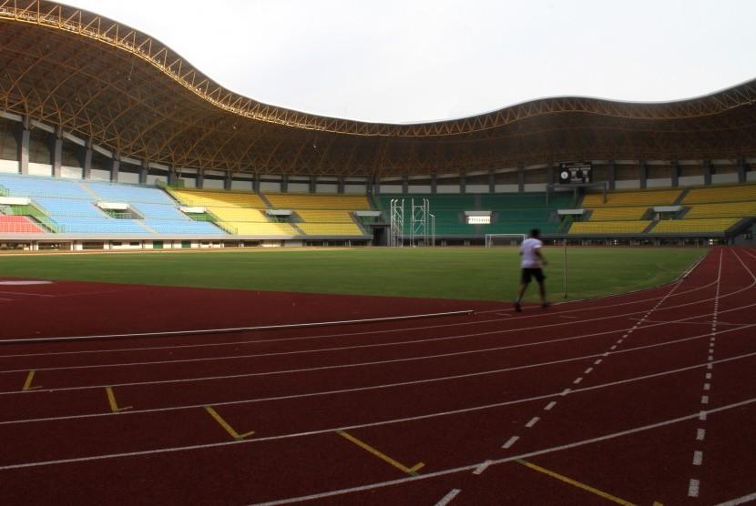 Warga melakukan aktivitas olahraga joging di area Stadion Patriot Candrabhaga, Kota Bekasi, Jawa Barat, Selasa (10/1).