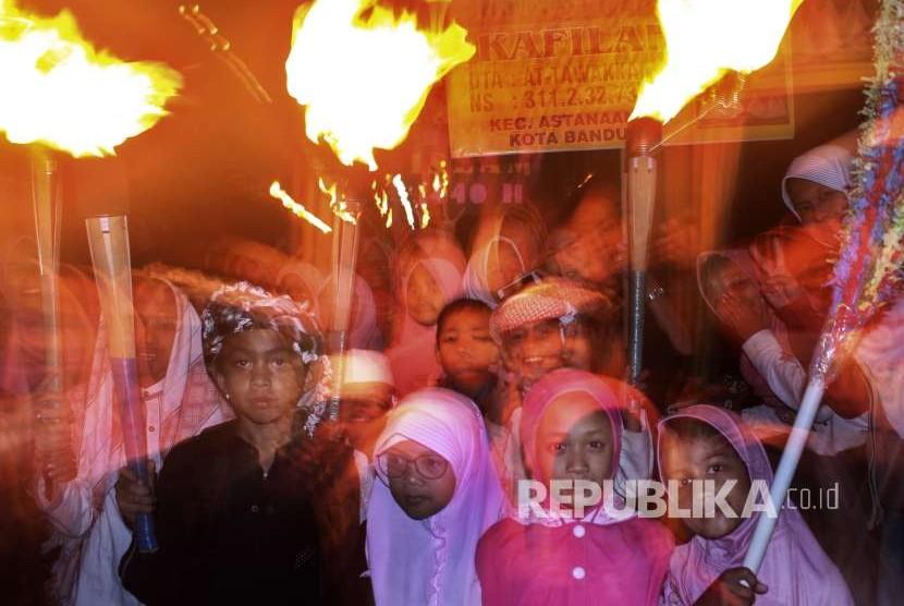 Warga melakukan pawai obor menyambut Tahun Baru Islam 1440 Hijriyah di kawasan Astanaanyar, Kota Bandung, Senin (10/9) malam