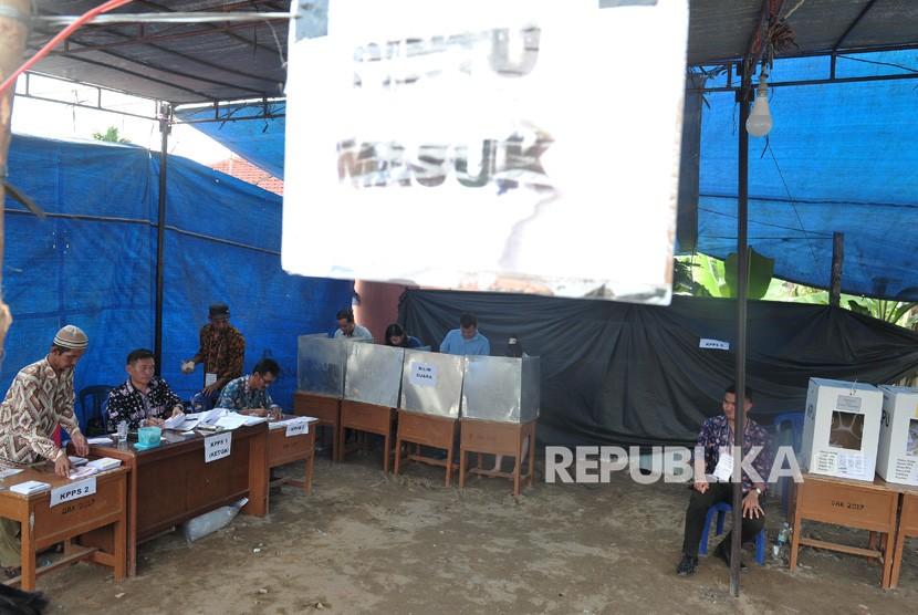 Warga melakukan pemungutan suara susulan dalam pemilu serentak 2019 di TPS 22 Payo Selincah, Paal Merah, Jambi, Kamis (18/4/2019).