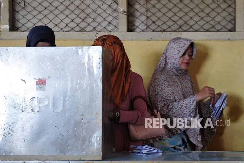 Warga melakukan pemungutan suara.
