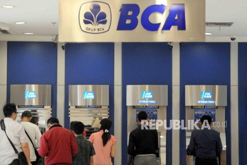 Warga melakukan transaksi menggunakan mesin ATM BCA di salah satu pusat perbelanjaan di Jakarta.