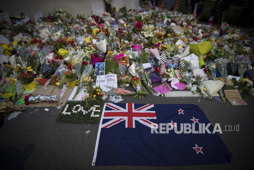 Warga meletakkan bunga di dinding di luar Masjid Al Noor di Christchurch, Selandia Baru, Senin, (18/3/2019).