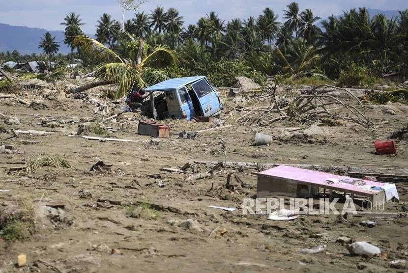 Warga melihat mobil yang tertimbun lumpur akibat pencairan (likuifaksi) tanah yang terjadi di Desa Jono Oge, Sigi, Sulawesi Tengah, Kamis (4/10).