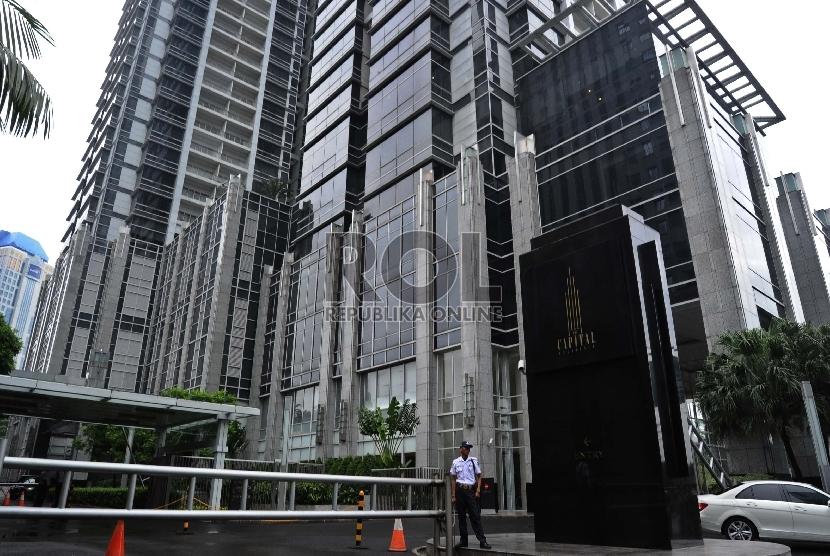 Warga melintas di Apartemen Capitol Jakarta Pusat,SCBD, Kamis (22/1). .(Republika/Republika/ Tahta Aidilla)
