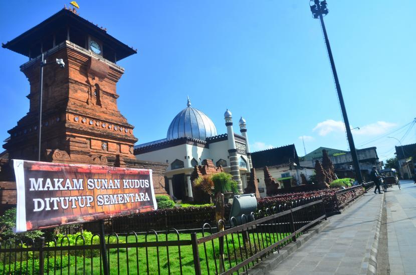 Warga melintas di depan objek wisata religi Masjid Menara Kudus, Desa Kauman, Kudus, Jawa Tengah. Disbudpar Kabupaten Kudus memperketat pemantauan pelaksanaan protokol kesehatan wisata.