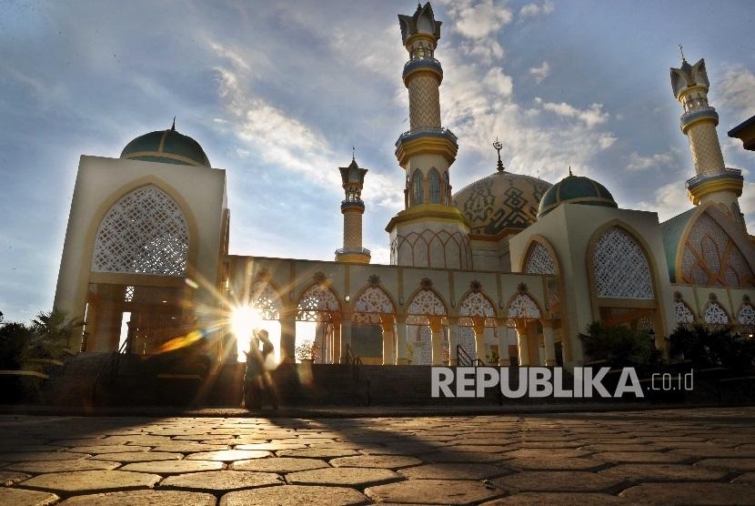 Warga melintas di kawasan masjid Masjid Hubbul Wathan di Islamic Center kota Mataram, Lombok, Nusa Tenggara Barat, Selasa (23/5).