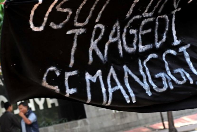 Warga melintas saat menggelar dukungan menolak lupa Tragedi Semanggi I di Jakarta, Ahad (11/11).