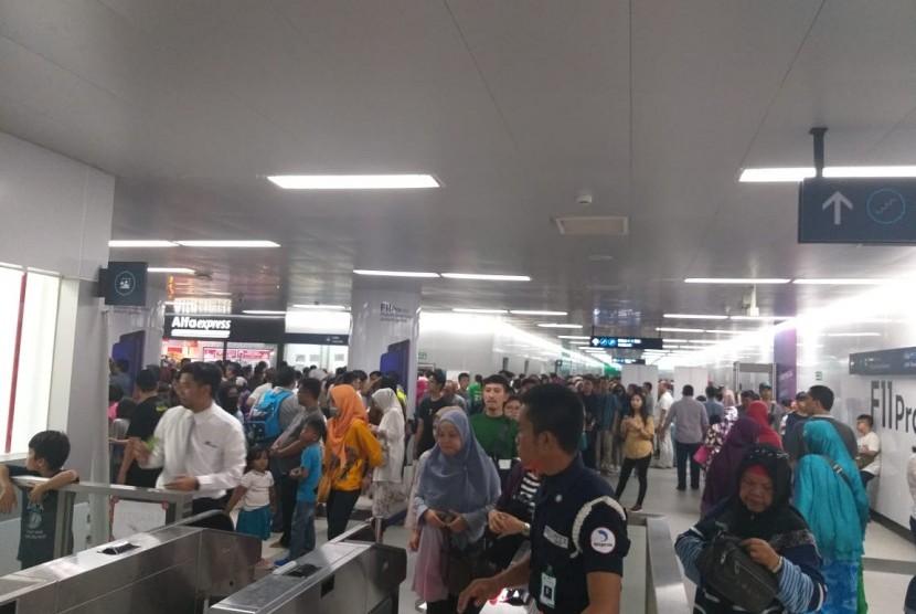 Warga memadati Stasiun MRT Bundaran HI pada pemilihan umum serentak, Rabu (17/4).