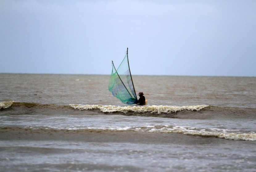 [ilustrasi] Warga memakai jaring untuk menangkap ikan di Pantai Siberut Selatan, Kecamatan Siberut Selatan, Kabupaten Kepualuan Mentawai, Sumatra Barat, Selasa (27/7).