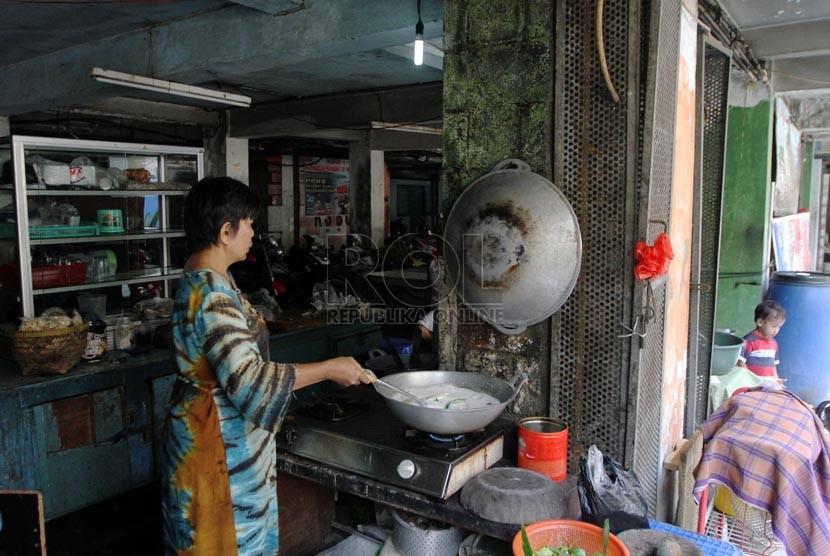 Warga memasak dengan menggunakan gas alam milik PGN di Rusanawa Bidaracina, Jakarta, Senin (25/8).(Republika/ Yasin Habibi)