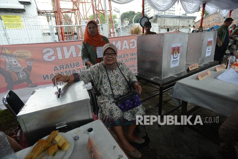 Warga memasukan surat suara ke kotak suara saat pemungutan suara ulang (PSU) putaran kedua Pilkada DKI Jakarta di TPS 01 Gambir, Jakarta, Sabtu (22/4).