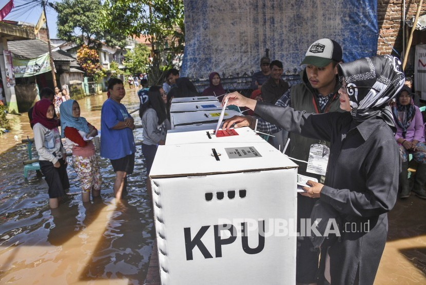 Warga memasukan surat suara kedalam kotak suara. (ilustrasi)