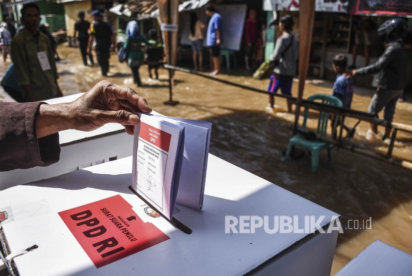 Warga memasukan surat suara ke dalam kotak suara. [Ilustrasi]