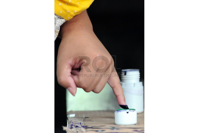 Warga mencelupkan jari ke tinta sebagai bukti telah menggunakan hak suaranya dalam pemilu (ilustrasi)