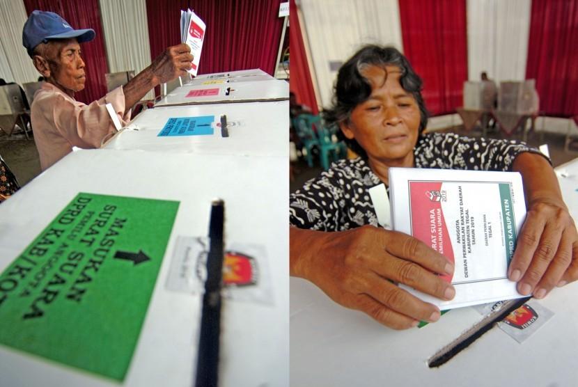Warga memasukkan surat suara ke dalam kotak suara saat pemungutan suara ulang (PSU) di TPS 24 Madrasah Ibtidaiyah Al Irsyad, Desa Dukuhwringin, Kabupaten Tegal, Jawa Tengah, Sabtu (20/4/2019).