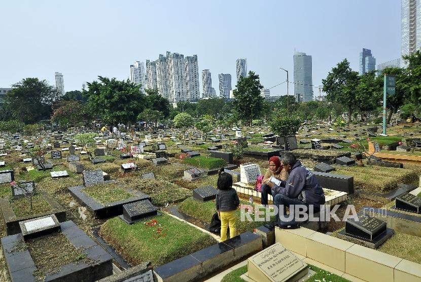 Warga membacakan doa saat ziarah kubur seusai melaksanakan shalat Idul Adha 1438 H di Tempat Pemakaman Umum (TPU) Karet Bivak, Jakarta, Jumat (1/9).