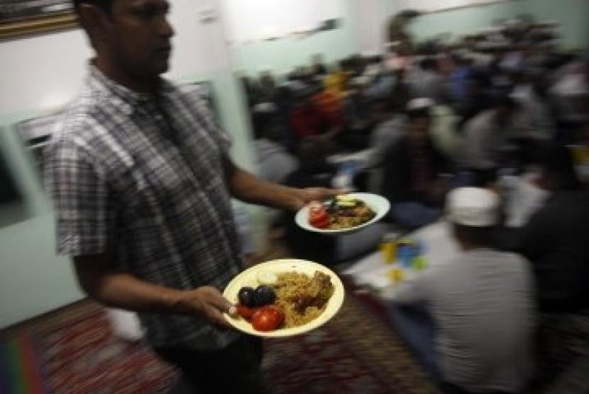 Warga membagikan makanan buka puasa di hari pertama Ramadhan di Mouraria, Lisbon. Muslim di Portugal sangat minoritas, hanya 50 ribu orang, kebanyakan imigran dari Afrika
