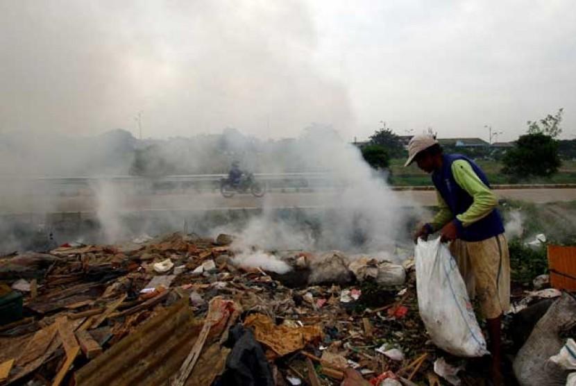 Warga membakar sampah dipinggir jalan. (ilusrasi)