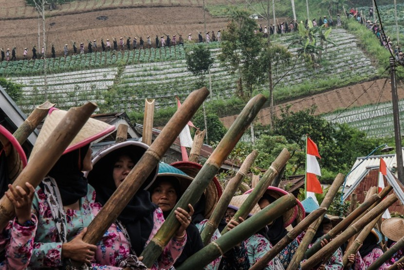 Warga membawa lodong atau wadah air yang terbuat dari bambu di Festival Gunung Slamet 2017 di Desa Serang, Karangreja, Purbalingga, Jateng, Kamis (21/9).