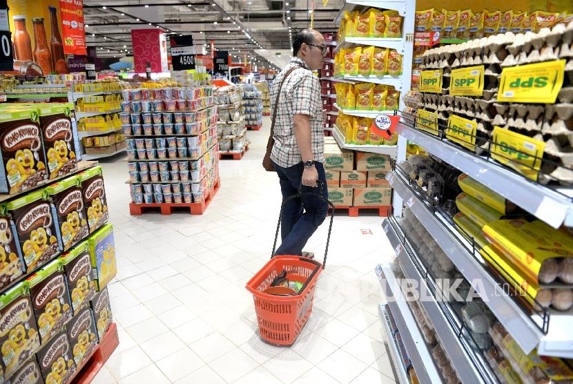 Warga membeli kebutuhan rumah tangga di Pasar Swalayan, Jakarta, Rabu (5/7).