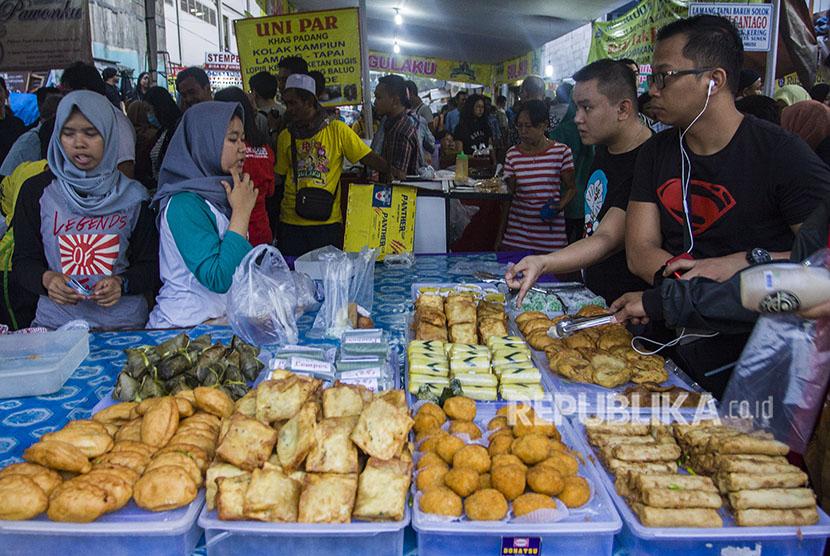 Warga membeli makanan untuk berbuka puasa di Pasar Takjil Benhil, Jakarta, Jumat (18/5).
