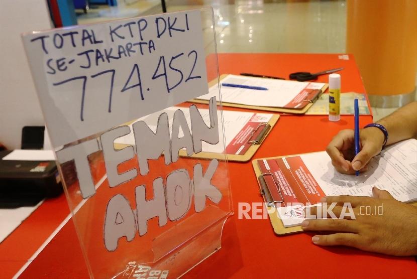 Warga memberikan dukungan kepada Gubernur DKI Jakarta, Basuki Tjahaja Purnama (Ahok) dengan mengisi formulir dan memberikan fotokopi KTP di salah satu posko Teman Ahok di salah satu mall di Jakarta, Jumat (11/3/).