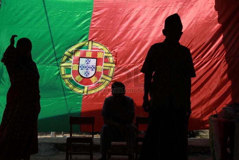 Warga memberikan hak suaranya di TPS yang bertema Piala Dunia