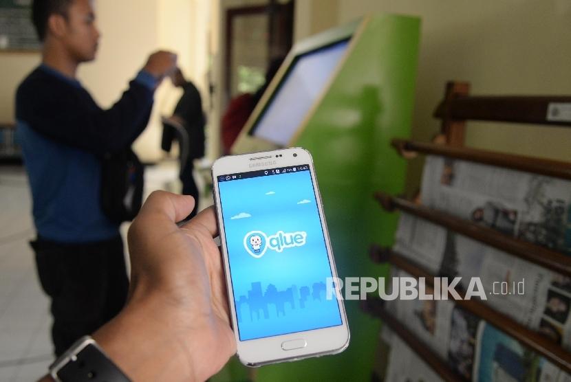 Warga memberikan laporan melalui aplikasi Qlue.